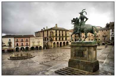 Trujillo._Plaza_Mayor_con_la_estatua_ecuestre_de_Francisco_Pizarro